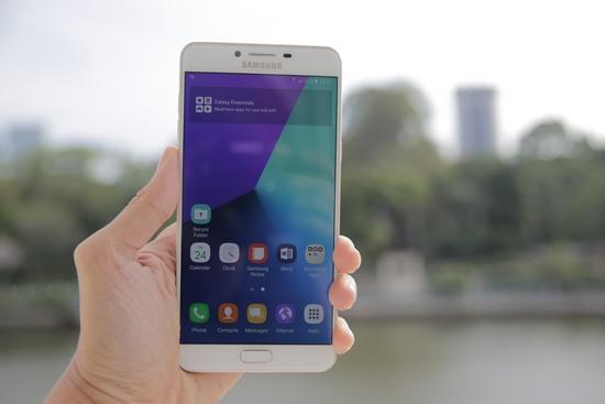 Samsung C9 Pro be mat kinh