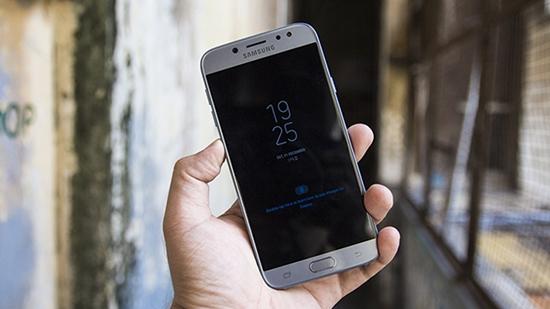 Samsung J7 Pro bi be mat kinh